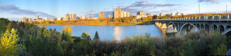 加拿大沿河市中心萨斯卡通全景 免版税库存照片