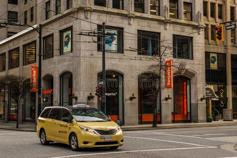 加拿大温哥华 — 2020年2月2日:下城街的黄色出租车车 库存照片
