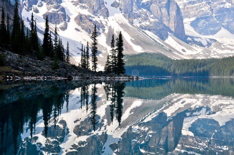加拿大湖岩石冰碛的山 免版税库存图片