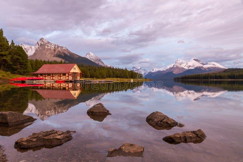 Download 加拿大碧玉湖maligne国家公园 库存图片. 图片 包括有 范围, 岩石, 坚固性, 室外, 小船, 峰顶 - 62528173