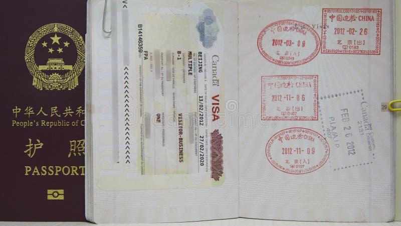 加拿大签证和中国护照 库存照片