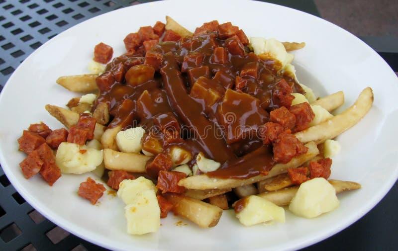 加拿大香肠和小汤poutine 库存图片
