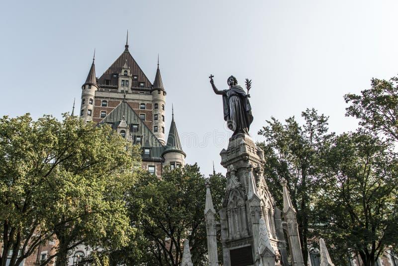 加拿大魁北克市信念妇女的喷泉纪念碑在大别墅Frontenac旅游胜地联合国科教文组织遗产前面的 图库摄影