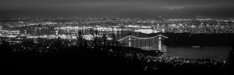 加拿大,温哥华-从显示狮子门桥梁的赛普里斯山的全景 免版税图库摄影
