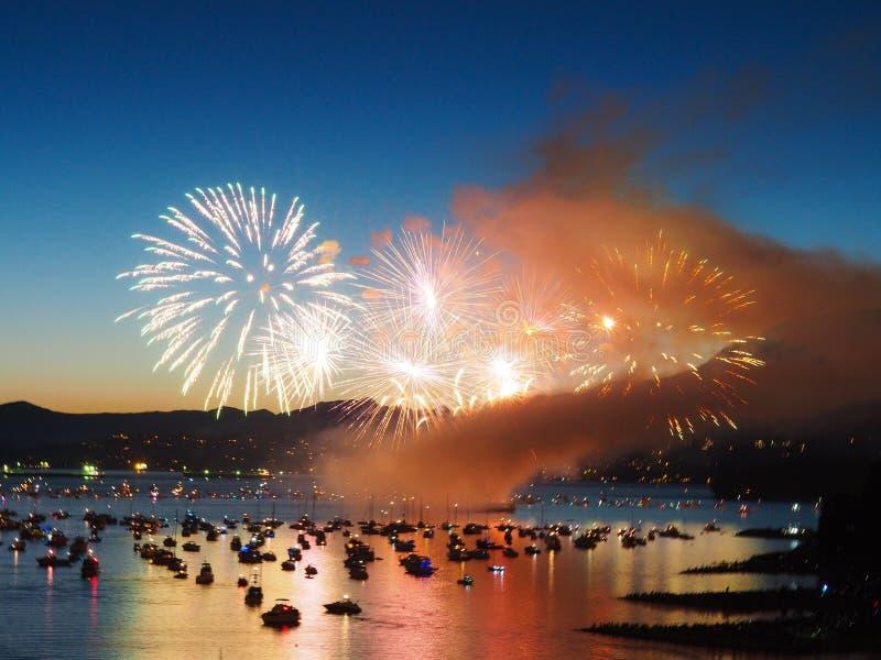 加拿大,温哥华-轻的烟花展示的每年庆祝在小游艇船坞的 图库摄影