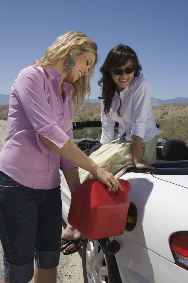 加油在汽车的妇女燃料 库存图片