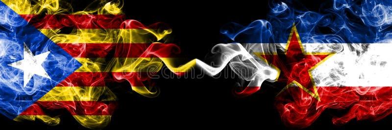 加泰罗尼亚对南斯拉夫烟旗子肩并肩安置了 加泰罗尼亚和南斯拉夫的厚实的色的柔滑的烟旗子 向量例证