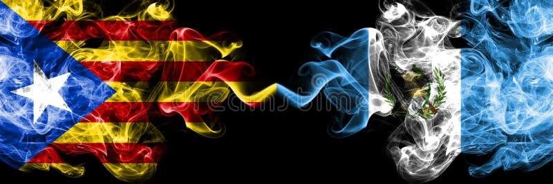 加泰罗尼亚对危地马拉,肩并肩被安置的危地马拉烟旗子 加泰罗尼亚和危地马拉的厚实的色的柔滑的烟旗子, 皇族释放例证