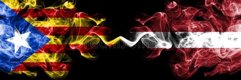加泰罗尼亚对拉脱维亚,肩并肩被安置的拉脱维亚烟旗子 加泰罗尼亚和拉脱维亚的厚实的色的柔滑的烟旗子,拉脱维亚语 皇族释放例证