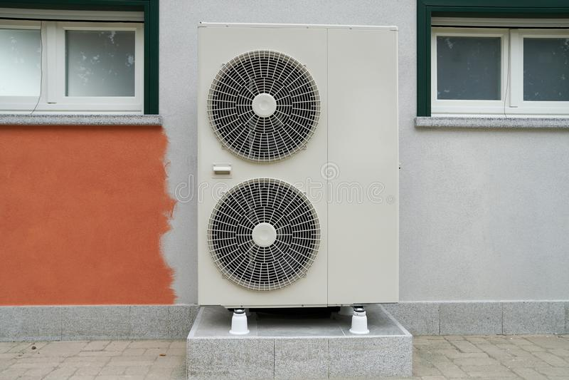 加热的住宅家热泵空的水 库存照片