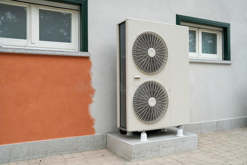 加热的住宅家热泵空的水 库存图片