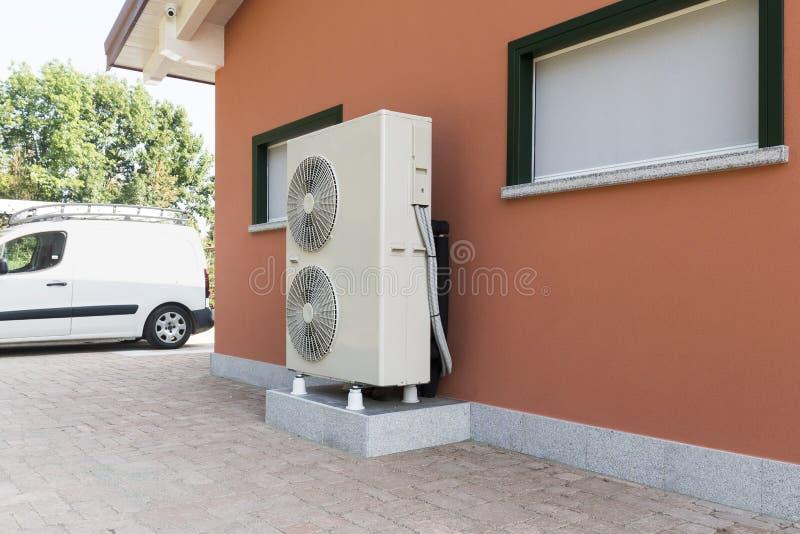 加热的住宅家热泵空的水 免版税库存图片