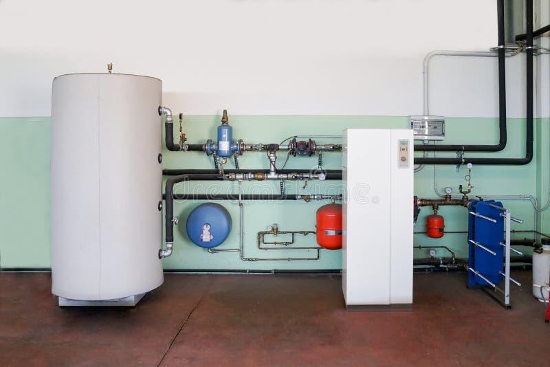 加热的地热热泵在锅炉室 库存图片