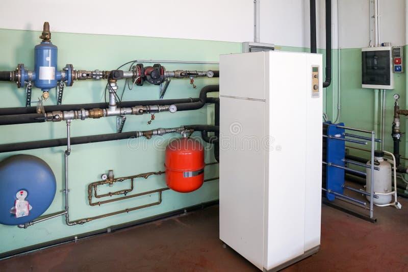 加热的地热热泵在锅炉室 免版税库存照片
