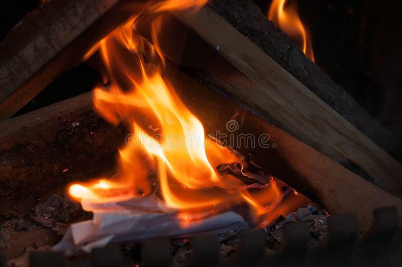 加热的家庭供暖在冬天和春天的点燃家庭烘烤的纸自发地在一个私有房子里 库存图片