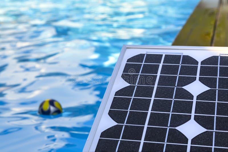 加热的水的光致电压的太阳电池板 免版税图库摄影