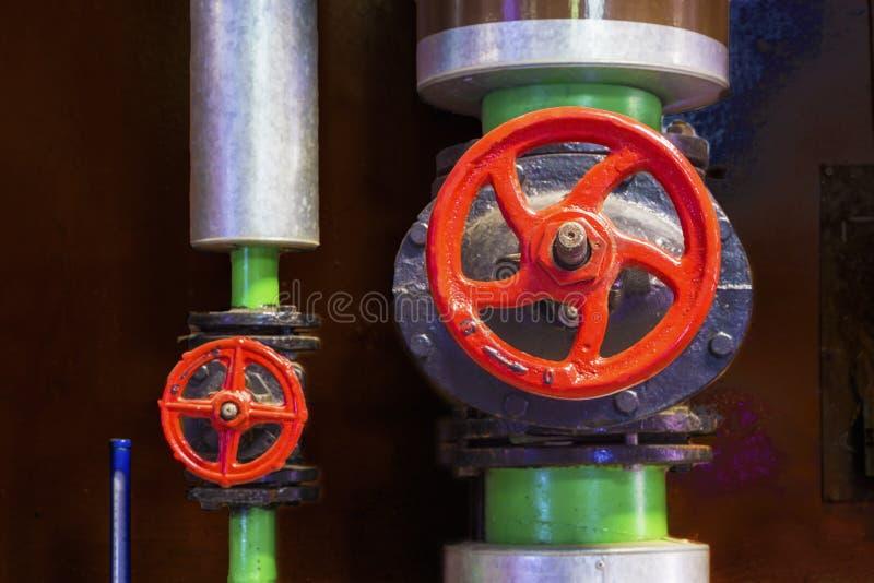 加热系统的有铸铁阀门的金属管子 图库摄影