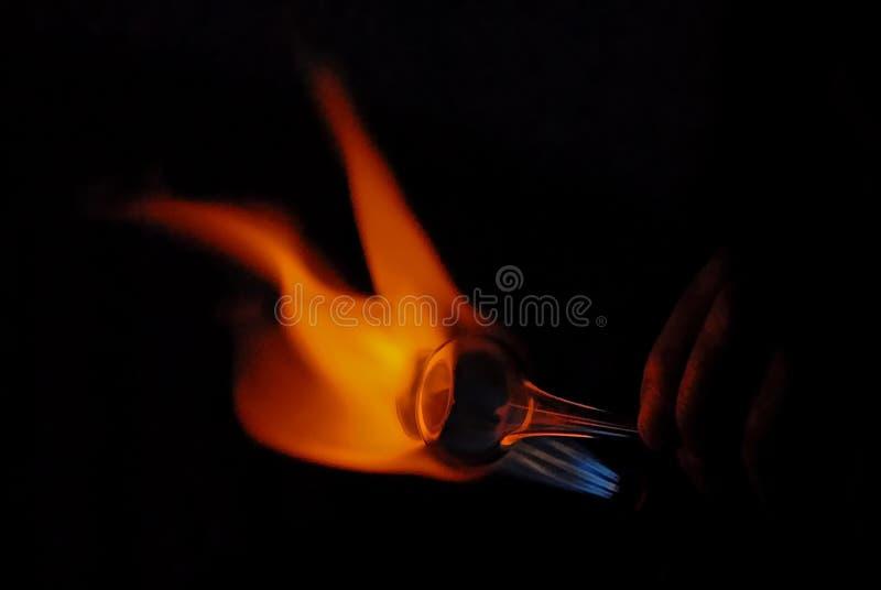 加热a的一个吹玻璃器的手 库存照片
