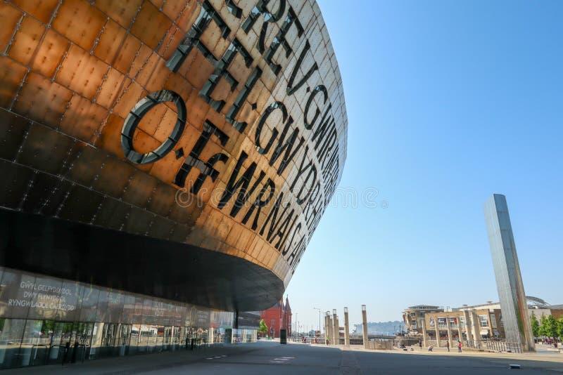 加的夫威尔士千年中心和水塔 免版税库存照片