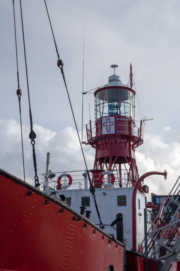 加的夫, WALES/UK - 12月26日:在Cardi 2000停泊的灯塔船 免版税图库摄影