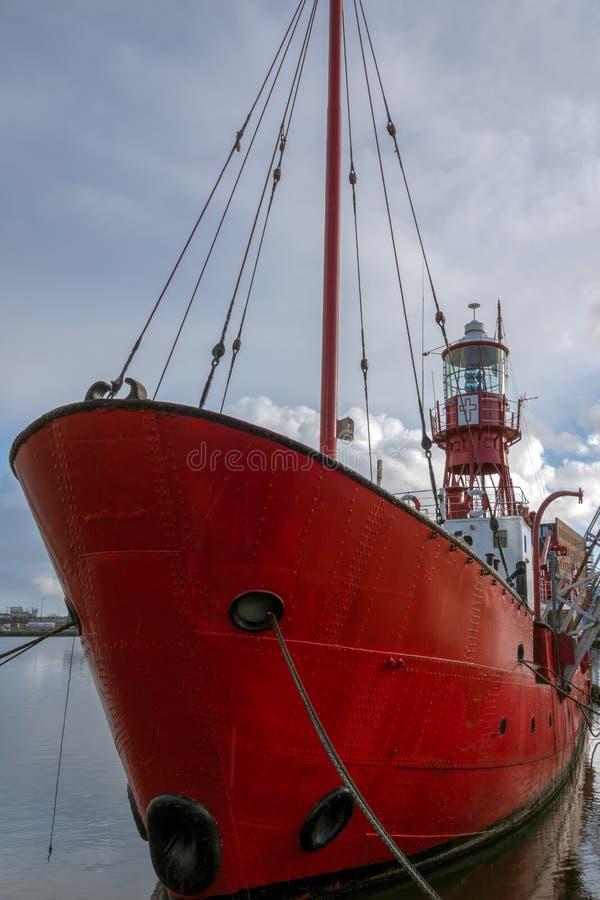 加的夫, WALES/UK - 12月26日:在Cardi 2000停泊的灯塔船 库存照片