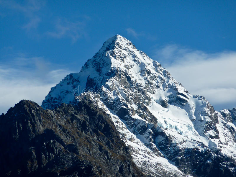 加盖的山雪 免版税库存照片