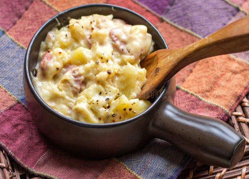 加调料烘烤的土豆和火腿 库存图片