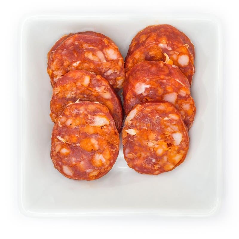 加调料的口利左香肠辣椒粉在一个白色碗的蒜味咸腊肠香肠 免版税库存图片