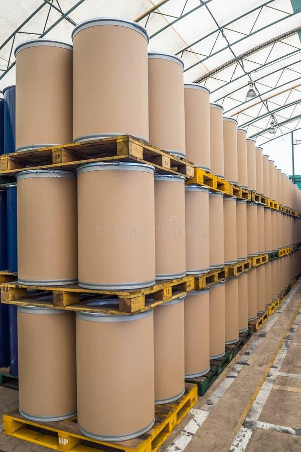 加起的油桶或化工鼓,桶由纤维做了 库存图片
