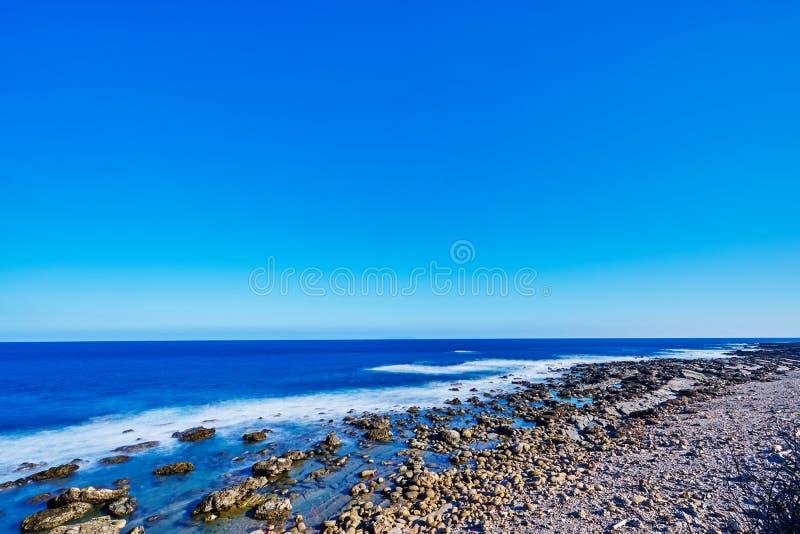 加路兰多岩石的海滩美丽的scenics由波浪的与微风和天空结合在台东市 免版税库存图片