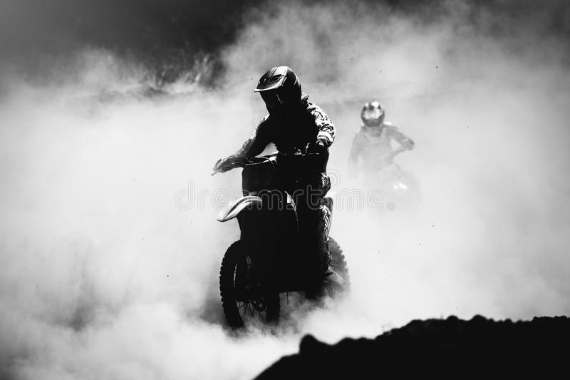 加速在尘土轨道的摩托车越野赛竟赛者 库存照片