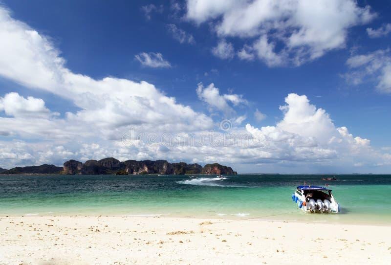 加速在海滩的小船, Krabi,泰国 免版税库存图片