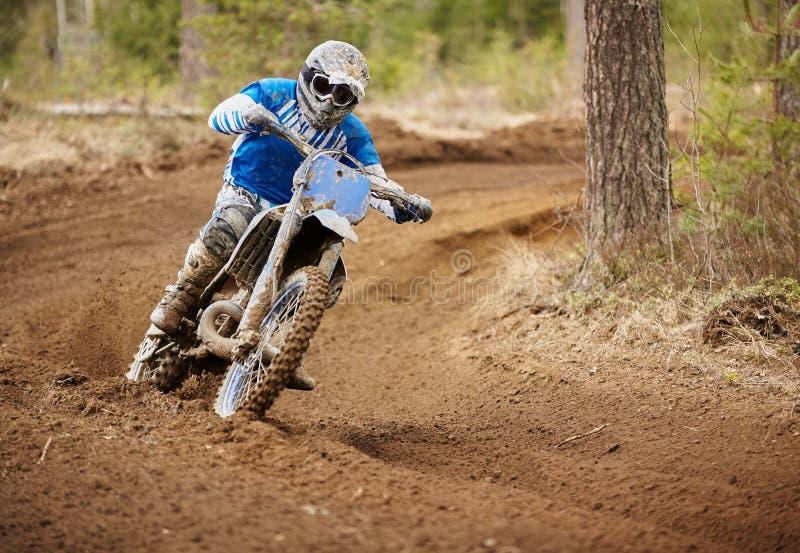 加速在赛马跑道的摩托车越野赛司机摩托车 图库摄影