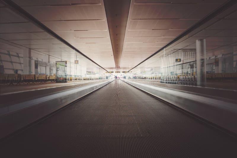 加速在运输,在透视线的蓝色光的行动迷离 免版税图库摄影