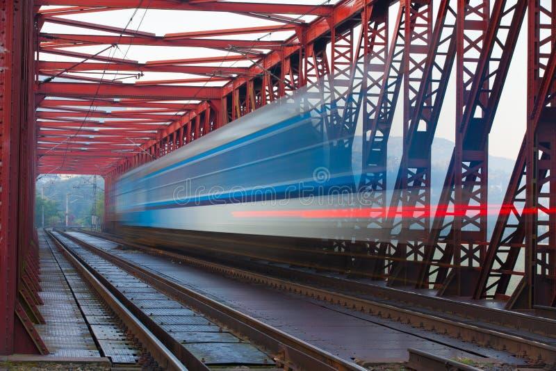 加速在铁铁路桥的火车,捷克 库存图片