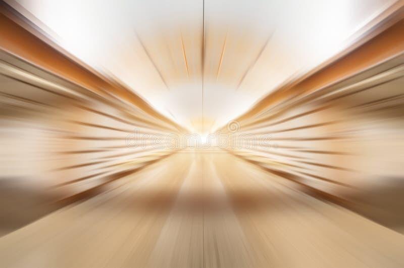 加速在隧道管光温暖的树荫金属光泽的迷离界限 图库摄影
