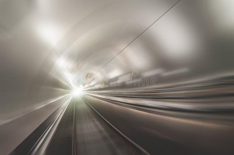加速在隧道管光金属光泽的迷离界限 图库摄影