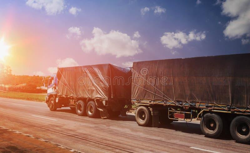 加速在高速公路和日落的卡车运输industr的 库存照片