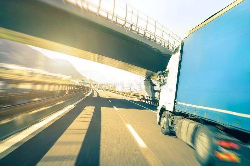 加速在高速公路-后勤运输概念的普通半卡车 免版税库存照片