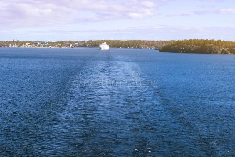 加速的游轮鸟瞰图在海 海上的速度小船 在视图之上 漂浮在土耳其玉色海水的快艇 图库摄影