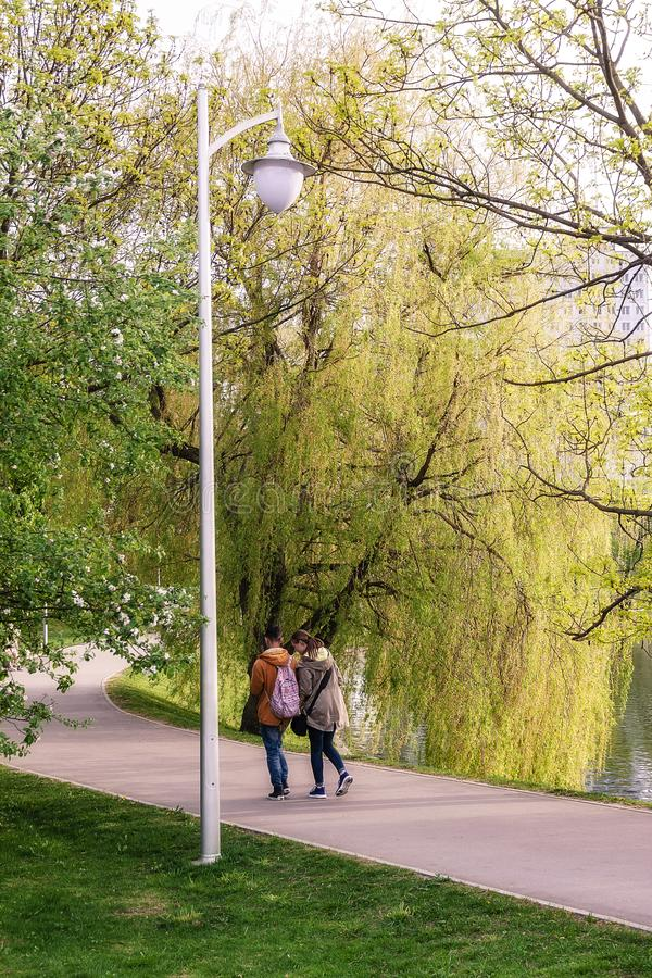 加里宁格勒俄罗斯05 01 走在春天公园的2019对年轻夫妇在晚上 免版税库存照片