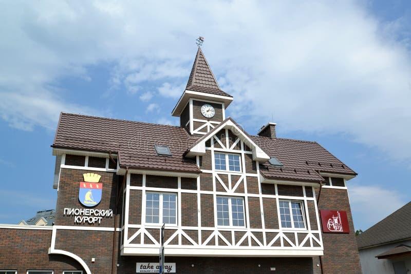 加里宁格勒地区,俄罗斯 公交车站的大厦的片段在城市先驱手段 俄国文本- P 免版税库存图片