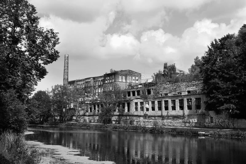 加里宁格勒更低的湖的老工厂  免版税图库摄影