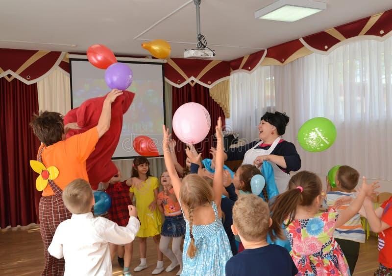 加里宁格勒,俄国 儿童抓住气球 一个假日在幼儿园 库存照片
