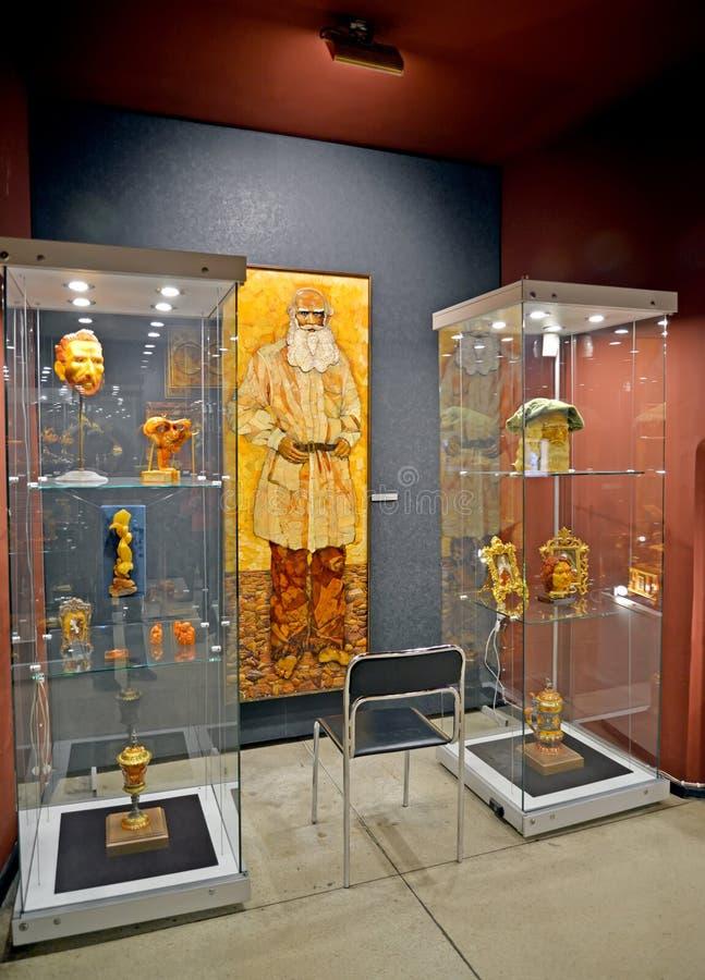 加里宁格勒,俄国 在琥珀博物馆的博览会的琥珀色的盘区列夫・托尔斯泰`  库存图片