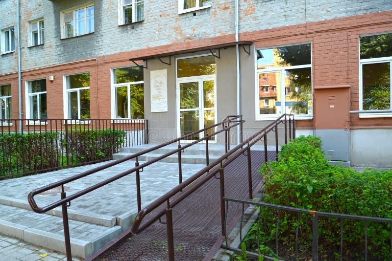加里宁格勒,俄国 对伊凡诺夫Yu儿童图书馆的入口  n 用障碍人们的一架舷梯装备 免版税图库摄影