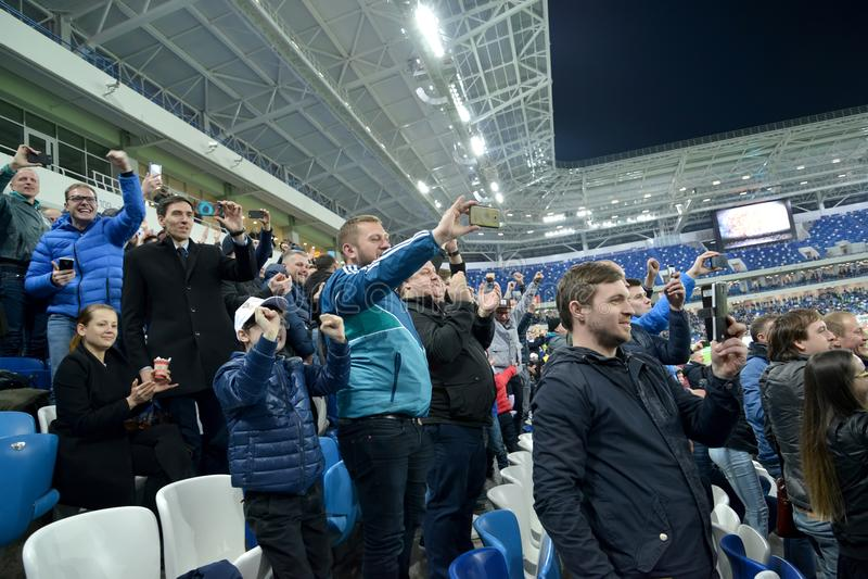 加里宁格勒,俄国 爱好者拍摄在智能手机的一场足球比赛 竞技场波罗地体育场 库存照片