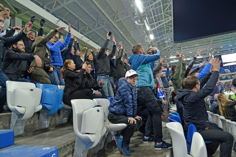 加里宁格勒,俄国 足球迷高兴对进的球 竞技场波罗地体育场 免版税库存照片