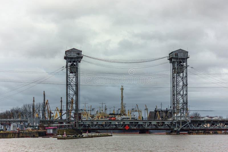 加里宁格勒,俄罗斯联邦- 2018年1月4日:在Pregolya河的两层的升降吊桥 库存图片
