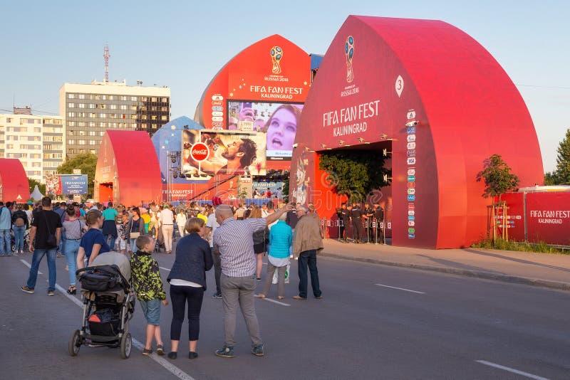 加里宁格勒,俄罗斯- 2018年6月16日:在加里宁格勒国际足球联合会爱好者费斯特区域附近门的未知的人  免版税库存图片